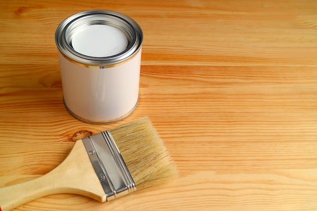 Pincel e tinta podem isolado na madeira