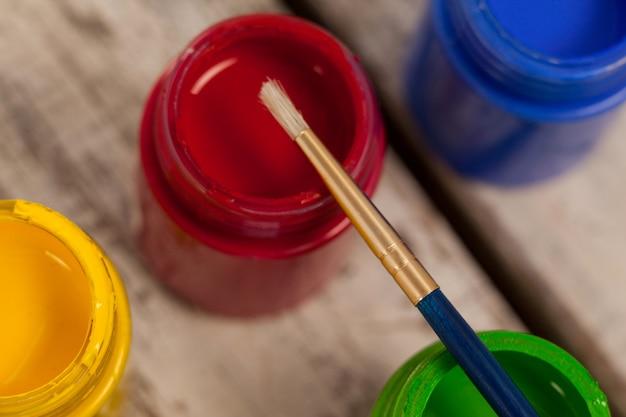 Pincel em aquarela sobre mesa de madeira
