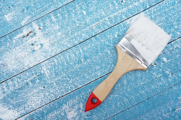 Pincel no chão de madeira azul