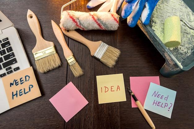 Pincel para laptop e paleta de cores e luvas para seu projeto em casa no escritório