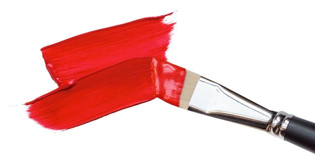 Pincel traços de tinta vermelha em branco