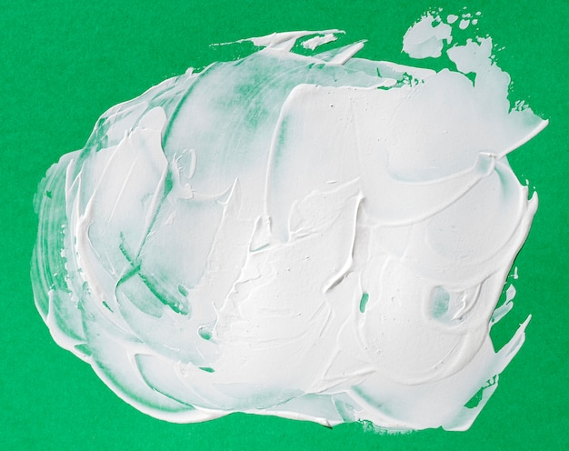 Pincelada branca sobre fundo verde