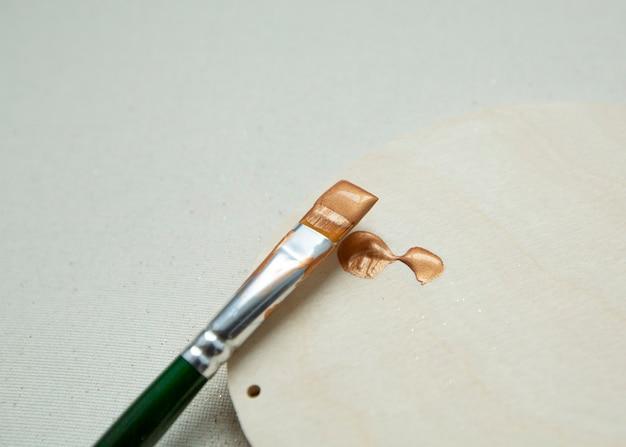 Pincelada de tinta dourada com glitter em madeira clara cor dourada