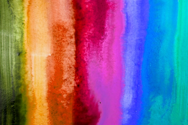 Pinceladas de aquarela com cores do arco-íris