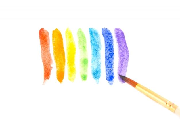 Pinceladas de aquarela de cores do arco-íris e um pincel