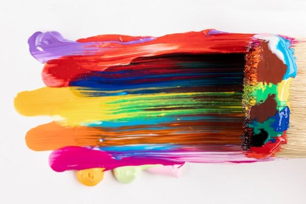 Pincele com tinta colorida misturada