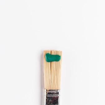 Pincele com tinta verde e copie o espaço