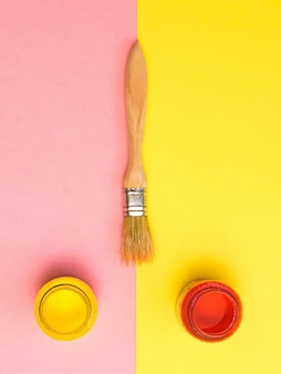 Pincele com tubos de tinta. kit criativo. minimalismo.