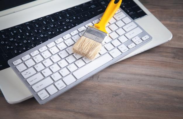 Pincele no teclado do computador. limpando teclado