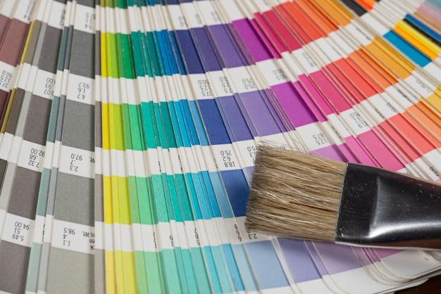 Pincele sobre uma amostra de cor impressa