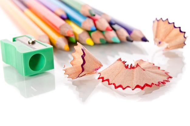 Pincills coloridos com aparas de nitidez em fundo branco