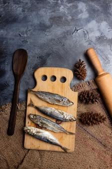 Pindang de peixe salgado em uma tábua de cortar pronto para cozinhar