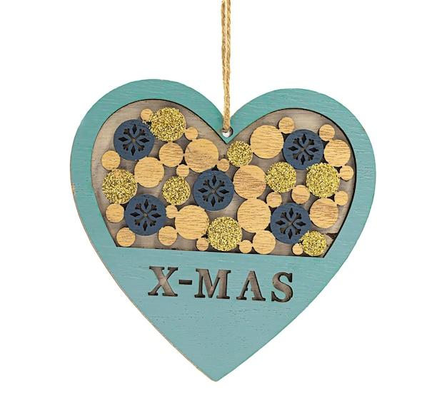 Pingente de coração de madeira decorativo de natal com letras x-mas isolado no fundo branco.