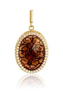Pingente de ouro com joias isoladas no fundo branco com reflexo