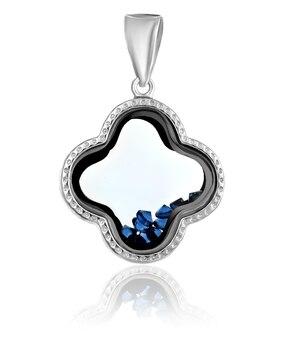 Pingente de prata da moda com pedras preciosas em um fundo branco