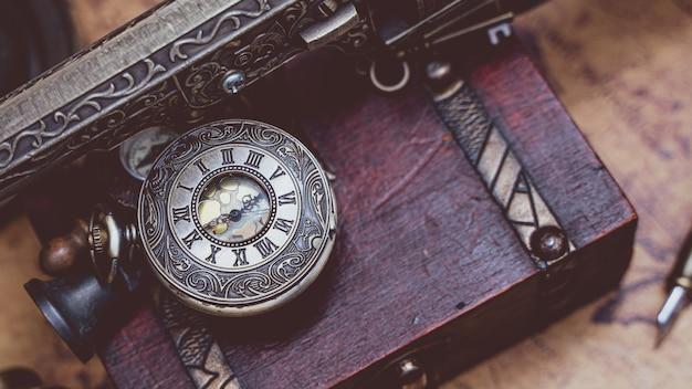Pingente de relógio antigo gravado