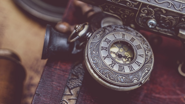 Pingente de relógio de metal gravado antigo