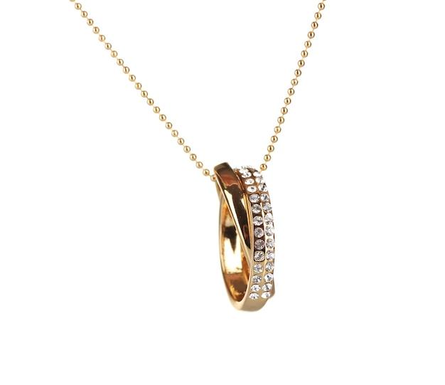 Pingente em forma de anéis com gema isolada no branco