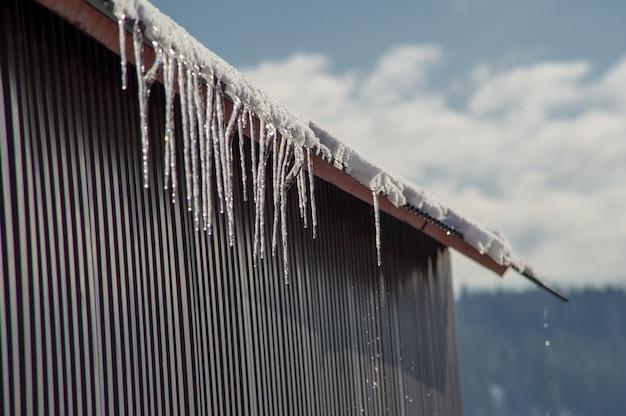 Pingentes de gelo caem do telhado