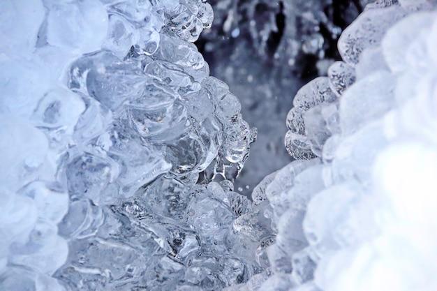 Pingentes de gelo cristalinos sobre um riacho na montanha