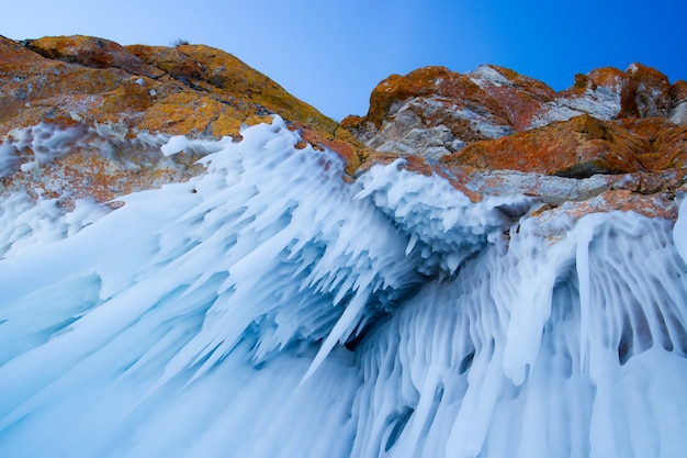 Pingentes de gelo gigantes pendurados nas rochas