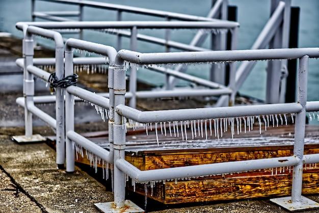Pingentes de gelo pendurados na cerca de metal em chicago