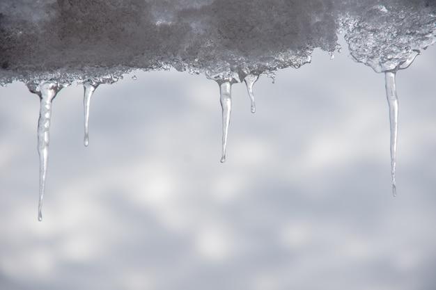 Pingentes de gelo se fecham contra o céu