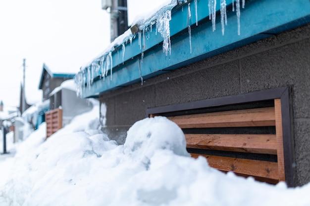 Pingentes perigosos pendurados no telhado no inverno em hokkaido, japão