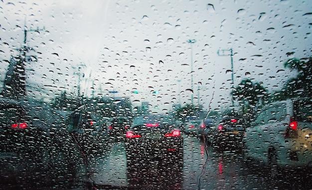 Pingo de chuva no para-brisa na rua da cidade.