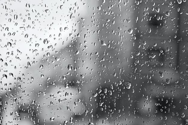 Pingo de chuva no vidro e as luzes do ônibus de londres borradas