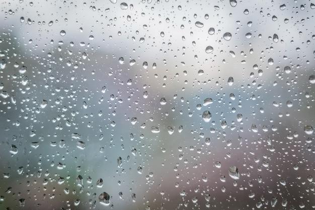 Pingos de chuva no vidro da janela. textura de fundo abstrato.