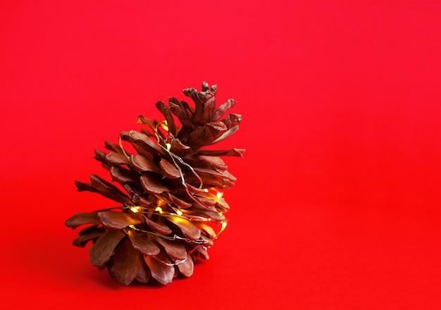 Pinha com luzes inverno férias natal vermelho vívido