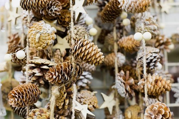 Pinhas com neve pesam na corda como um natal