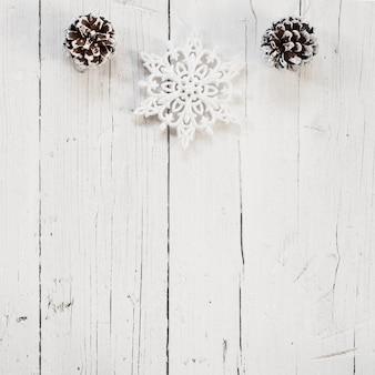 Pinhas e flocos de neve com espaço de cópia na parte inferior