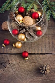 Pinhas, nozes e brinquedos de natal no copo