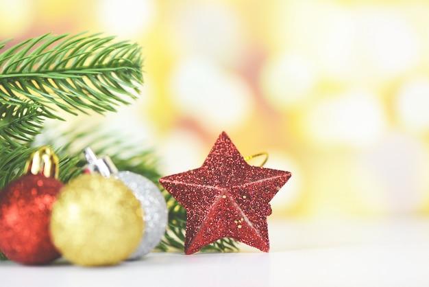 Pinheiro de decoração de natal com bolas vermelhas douradas e estrela feriado amarelo bokeh, árvore de natal festiva de inverno xmas e objeto de feliz ano novo