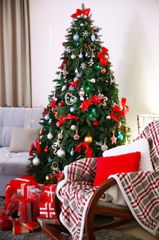Pinheiro de natal com presentes na sala de estar