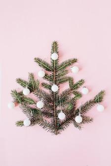 Pinheiro de natal feito de galhos de pinheiro e decorado com enfeites rosa