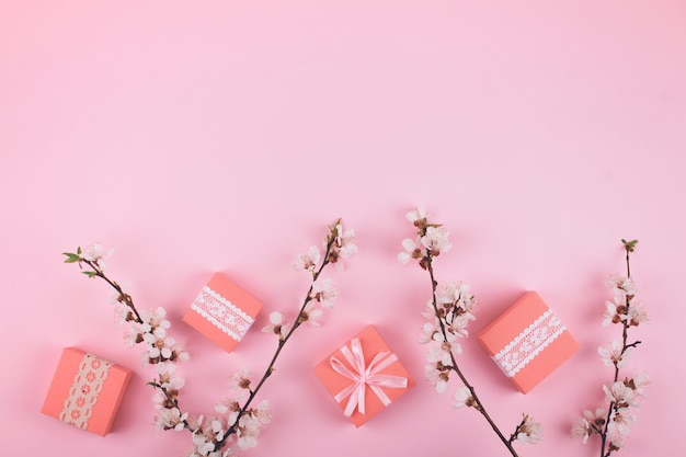 Pink flat lay com caixas de presente de renda