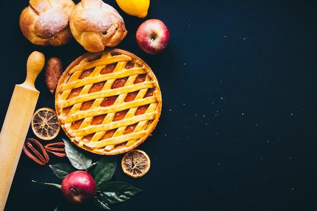 Pino de rolamento perto de frutas e pastelaria