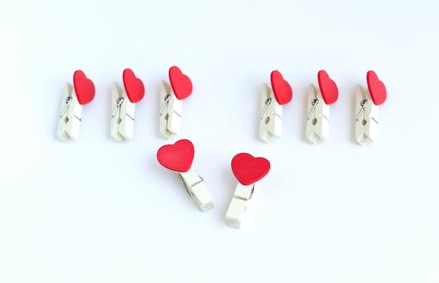 Pino de roupas de madeira ou pinos de pano com forma de coração