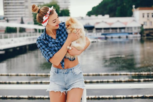 Pino elegante menina com o cachorrinho