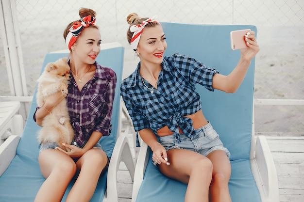 Pino elegante meninas com o cachorrinho