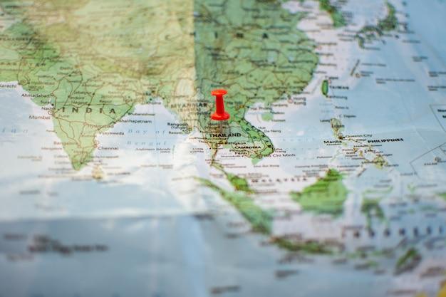 Pino no mapa de localização do plano de viagem.