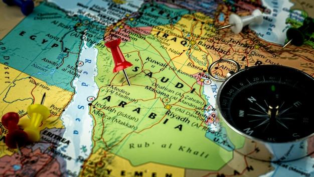Pino vermelho colocado no mapa da arábia saudita