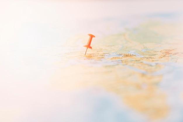 Pino vermelho, marcando uma localização no mapa do mundo