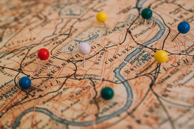 Pinos brilhantes de close-up no mapa