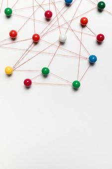Pinos coloridos e cópia espaço mapa
