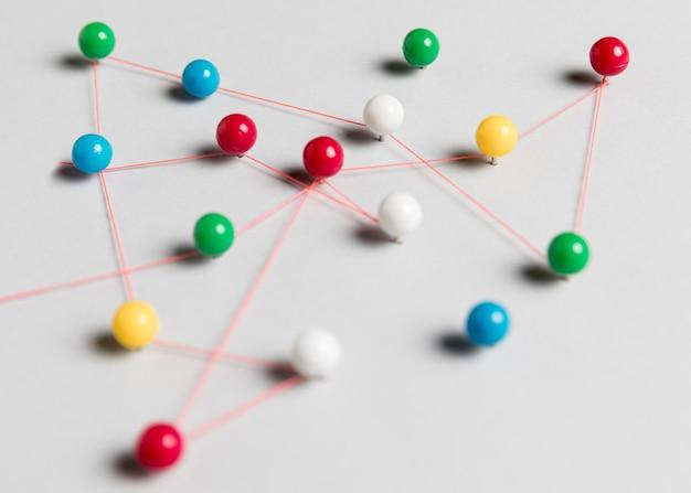 Pinos coloridos e mapa da linha