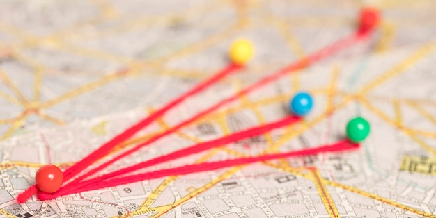 Pinos coloridos no mapa